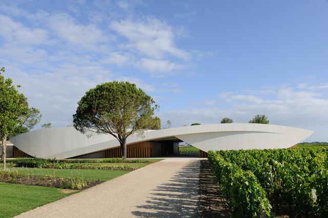 Nem mindennapi látványt nyújt a világ egyik leghíresebb borászatának, a Château Cheval Blanc-nak a legújabb pincészete.