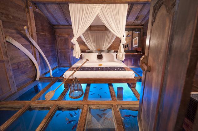 Üvegpadlójú szoba a Bambu Indah Hotelben, Balin