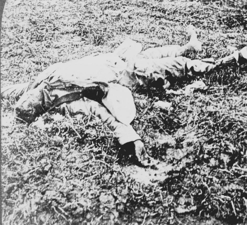 """Német halott a Belleau Woodnál vívott csatához közel. Ez a csata adta meg az amerikai tengerészgyalogosok hírnevét. Az 1918. június 1-26. között vívott csatában a tengerészgyalogosok sikerrel foglaltak el egy, az offenzíva szempontjából fontos magaslatot, és a hónap végére komoly áldozatok és hat támadás árán végül kiüldözték az erdős területen magukat komolyan beásó német alakulatokat.                         A csata a tengerészgyalogosak övező tisztelet és a hatékonyságukat dicsérő tények és legendák alapja lett. Több híres idézet is köthető ehhez az időszakhoz, itt hangzott el a """"Gyerünk már, a kurva anyátokat, hát örökké akartok élni?"""" kérdés is Dan Daily őrmester szájából, mikor az amerikai 73. géppuskás századnak egy búzamezőn keresztül kellett megrohanniuk a német géppuskaállásokat."""