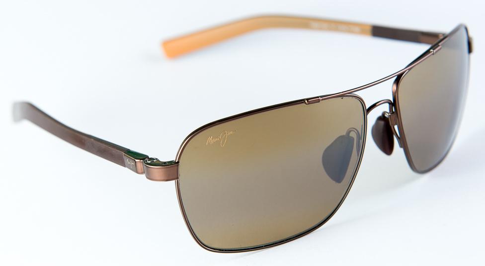 Maui Jim Freight Trains (34gramm, 60 ezer+)                         Évtizedekig a Ray-Ban fingta a napszemüveg-passzátszelet: egy napszemüveg attól jó, hogy színhelyes. 1988-ban alapították az iparág nagy tabudöntőjét, a Maui Jimet, ami rekordgyorsasággal vált az egyik legértékesebb márkanévvé. A tabudöntés lényege, hogy az ő lencséik nem színhelyesek, hanem a teli színeket kiemelik, a keverteket pedig szűrik. Ettől aztán egy Maui Jim képe kicsit olyan, mintha bekerülnénk az Óz Judy Garlandos filmváltozatába. A Freight Trains szomorú érdekessége, hogy Paul Walker épp ilyet viselt a halálakor. A polarizált lencsék képe mindig kicsit kontrasztosabb, a Maui pedig nem színhelyes, de épp azért szeretjük.