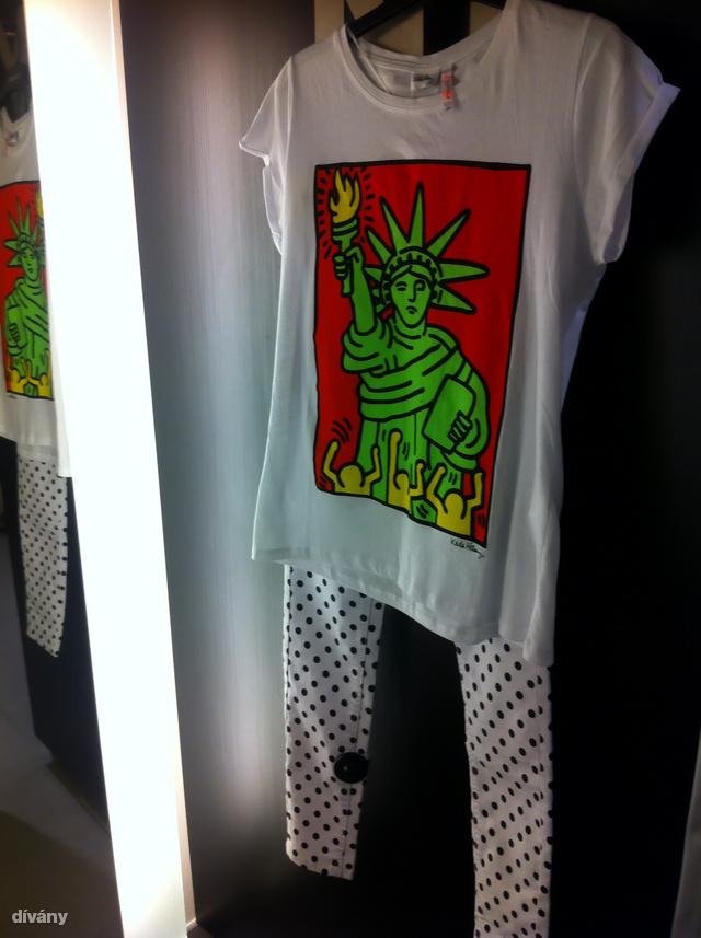 New Yorker: A Keith Haring póló most 1490 Ft, a nadrág pedig 3990 Ft. Az eredeti ár mindkettőnél gondosan le volt takarva az újjal.