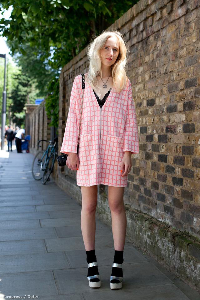 Az iskolás-lány hangulat igenis menő, csak sulis egyenruhát kell lecserélni egy kifinomultabb ruhára.