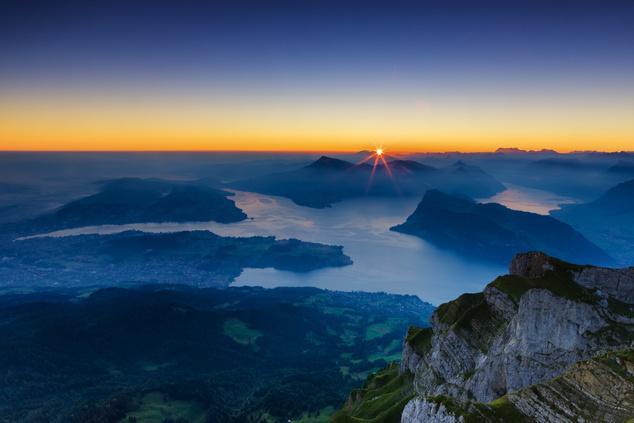 Szintén Luzern közelében magasodik a hegyek királynőjének tartott Rigi is. Legmagasabb pontja az 1797 méter magas Rigi Kulm, melyet könnyedén megközelíthetünk tömegközlekedési eszközökkel is.