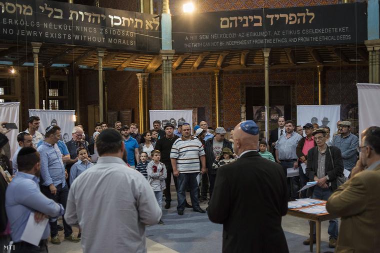 Résztvevők Budapesten a Rumbach Sebestyén utcai zsinagógában tartott imádkozáson amelyet a Ciszjordániában eltűnt három fiatalért tartottak 2014. június 25-én.