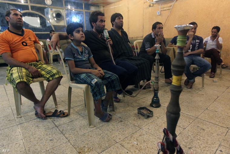 Foci vb-t néznek egy bagdadi kávézóban