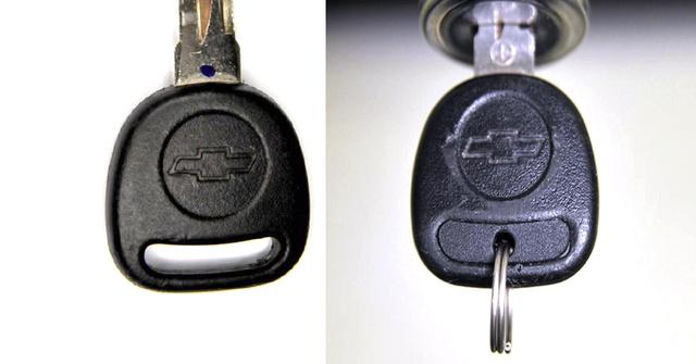 Balra az eredeti, jobbra egy a 474 betéttel ellátott kulcsból.
