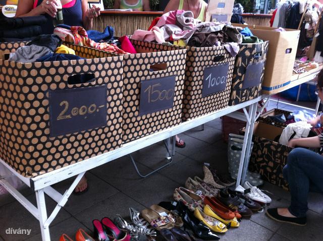 Sokan bőröndökbe, dobozokba szanálták a ruhákat, az elején feltüntették, hogy mennyit kérnek érte, a vásárlók pedig kedvükre válogathattak.