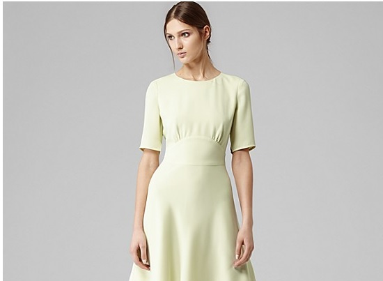A Reiss ruháitól ne várjunk semmi világmegváltót, se nem túl lányosak, se nem túl romantikusak, de alapvetően elegánsak és csinosak. A márkánál olyan 30.000 forinttól indulnak a koszorúslány ruhák. Ez itt pont 52600 forint.