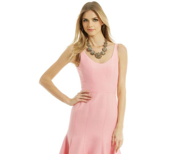 Egy rózsaszín Halston Heritage ruhát például 125 dollárért (28.270 forint) lehetne bérelni, ha lenne amerikai lakcímünk.