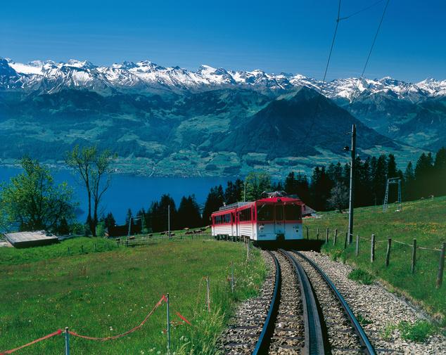 Vitznauból például Európa első, 1871 óta üzemelő hegyi vasútjával juthatunk fel a csúcsra.