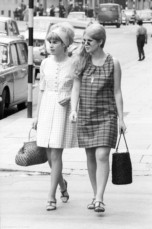 Életkép Londonból az 1960-as évekből. A cipő ugyan egyforma, de a ruha és a kiegészítők már nem.