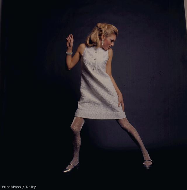 1967-ben fémesen fényes harisnyával is bátran hordhatták a fehér miniruhákat a nők.