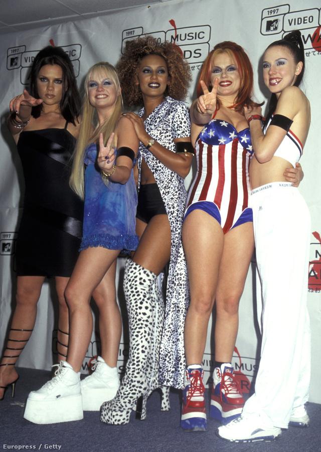 Hála a brit lánycsapat, a Spice Girls stylistjainak a kilencvenes években senki nem úszta a telitalpú cipő és csizma őrületet.
