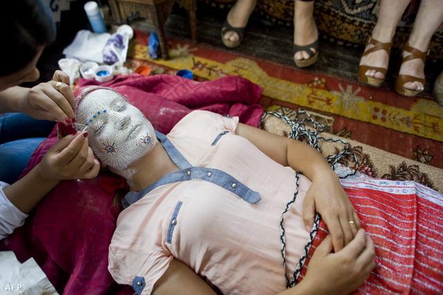 Prisztinában bemutatót tartottak arról, hagyományosan hogyan smikelték ki és öltöztették a menyasszonyokat Koszovóban