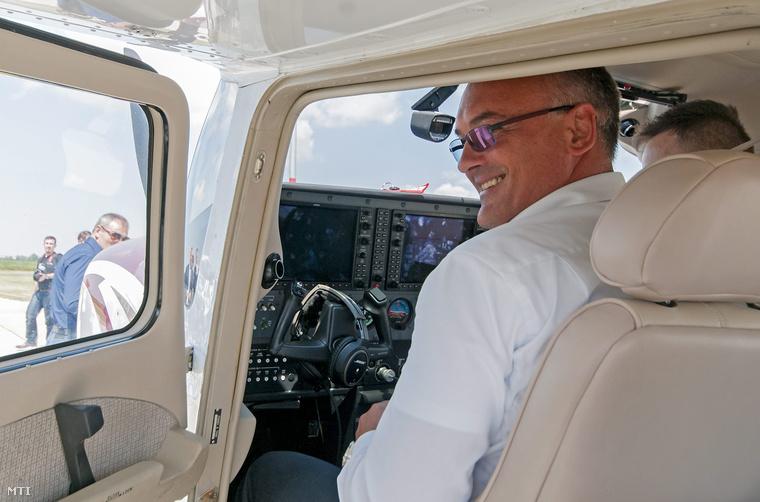 Borkai Zsolt, Győr polgármestere felszállás előtt az általa vezetett kisrepülőgépen a Győrhöz közeli péri repülőtér bővítésének hivatalos átadásán 2014. július 3-án.