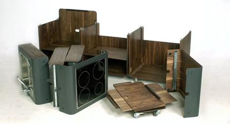 Az ironikusan 'Kitchen A La Carte' fantázianevet kapott bőrönd-szerű csomagolást kapott konyha nagyszerű példája annak, hogy az ipari design egyes számú, leggyakrabban visszatérő témája a modularitás.