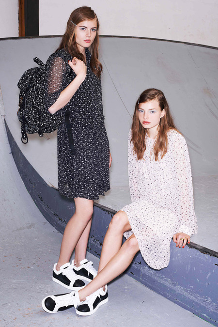 A trend úgy tűnik,hogy jövőre sem kopik ki a divatból.A DKNY-nek, Nicole Millernek, M.Patmosnak és a Just Cavallinak hála menő lesz hagyományos formában, virágmintás illetve arany és ezüst árnyalatokban is a következő nyaralós évadban.