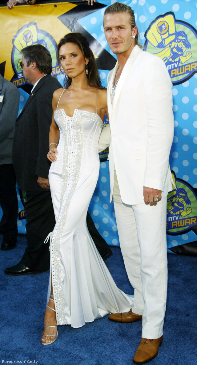A focistafeleség földig érő, fűzős Versacet választott a 2003-as MTV Movie Awardsra, David Beckham pedig nejéhez öltözött.
