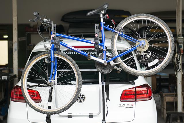 A Thule 968-cal három kerékpárt szállíthatunk az autó mögött. A női kerékpárok rögzítése mindig trükkös, mert nincs felső, vízszintes vázcső