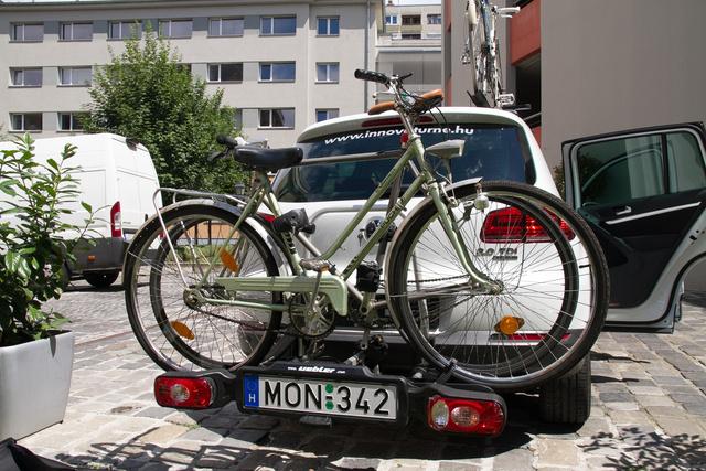 Két, bringa a szállítón, a külső méretei és arányai nem átlagosak. Így egy-két perccel tovább tartott a gondolkodás