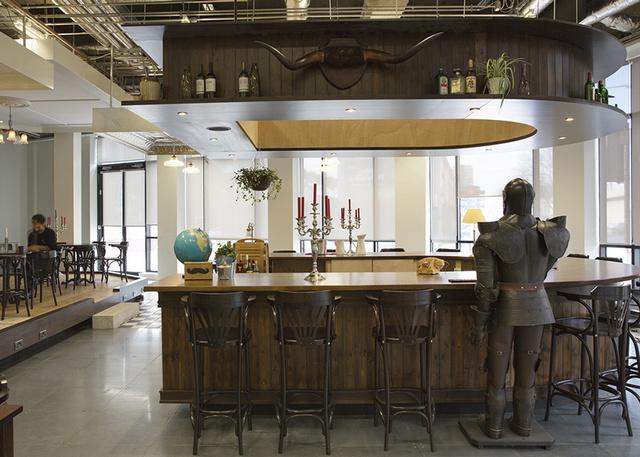 Míg SoundCloud dolgozói egy nemrég felújított régi sörgyár épületében kaptak helyet, addig a kaliforniai lakásközvetítő oldal, az Airbnb egy hagyományos ír, patkó formájú pulttal és egyéb látnivalókkal várja naponta dolgozóit.