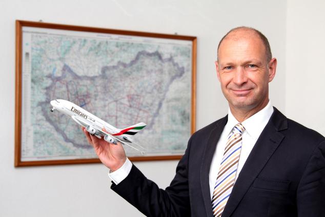 Jost Lammers, a Budapest Airport vezérigazgatója egy Emirates A380 makettel