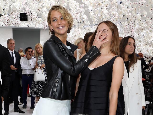 Jennifer Lawrence és Emma Watson a Christian Dior haute couture bemutató előtt hülyéskedik.