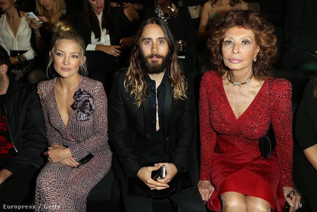 Kate Hudson, Jared Leto és Sofia Loren épp megtekinti az Armani Privé bemutatóját.