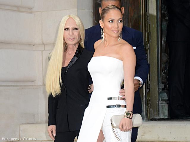 Donatella Versace Jennifer Lopezt ölelgeti.