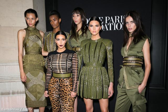A Balmain sztármodellekkel és Kardashian lányokkal erősít. Binx Walton, Ysaunny Brito, Issa Lish, Amanda Wellsh, Kim Kardashian és Kendall Jenner.