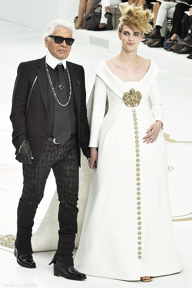 A showt Lagerfeld egyik kedvenc múzsája az állapotos Ashleigt Good vitte el, aki a bemutató zárórészeként kéz a kézben sétált végig a kifutón a designerrel.
