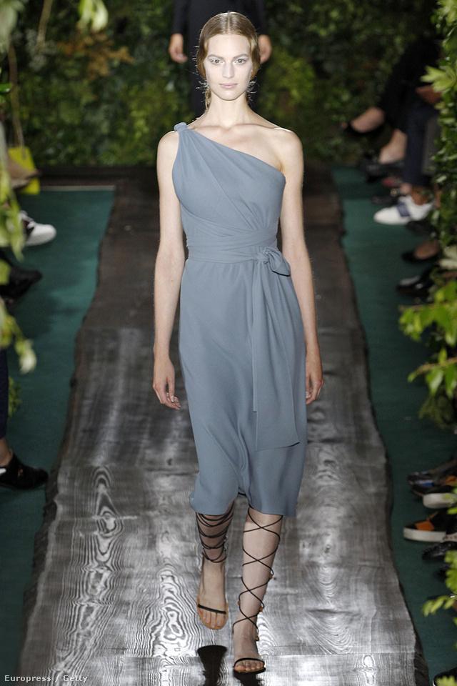 A Chanel és a Prada kampányt is megjárt Axente Vanessa a Valentino kifutóján.