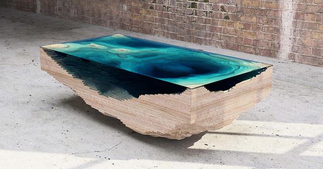 """Younghoz és Klassenhez hasonlóan a  londoni székhelyű Christopher Duffy is vízként szeretné láttatni az üveget """"Abyss asztal"""" néven futó kollekciójában."""