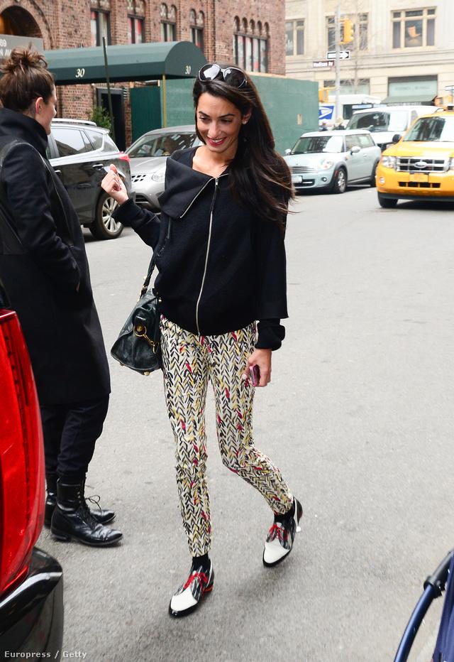 A jogásznő egyszerűen elegáns stílusába simán belepasszol egy kis bohémság is, így a tyúklábmintát a pop-arttal bekevert nadrághoz még egy feltűnő, fémes árnyalatú lakk cipőt is bevállalt.