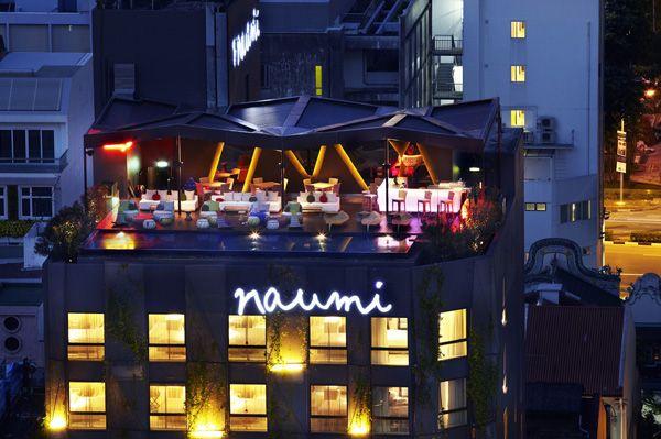 Szeretjük a tervezők látványos szálloda projectjeit, így semmi meglepő sincs abban, hogy megakadt a szemünk a Szingapúr belvárosában található Naumi Hotel külső és belső dizájnján.