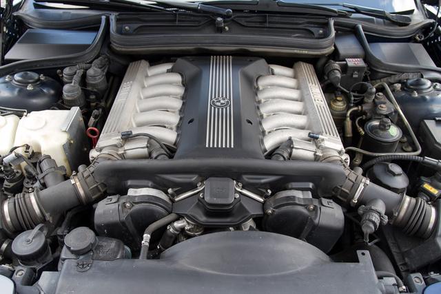 Az M73 az M70-es továbbfejlesztett változata. 5,4 literes, 326 lóerős. Jól látható, hogy hengersoronként van egy-egy légtömegmérő, légszűrő és miegymás, valamint egy-egy motorvezérlő, melyeket egy harmadik hangol össze. Plusz négy lambdaszonda. Sok hely nem maradt semmire.