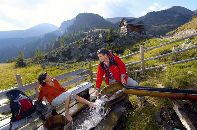 Akinek van lelki ereje lábat áztatni a jéghideg forrásvízben, bekenheti a lábát gyógynövényes olajjal
