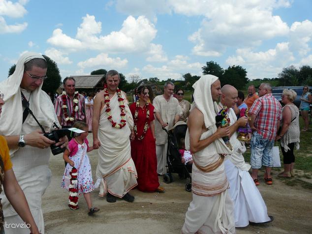 Esküvői menet a templomi szentségekkel