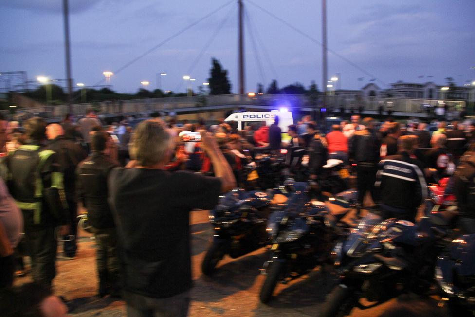 Az őrület addig tart, amíg a rendőrség hivatalosan is meg nem érkezik, ekkor bezárják a Cafét, nincs tovább kiszolgálás, és a kamerás autó mindent, és mindenkit rögzít. Ez az egyetlen visszatartó erő.