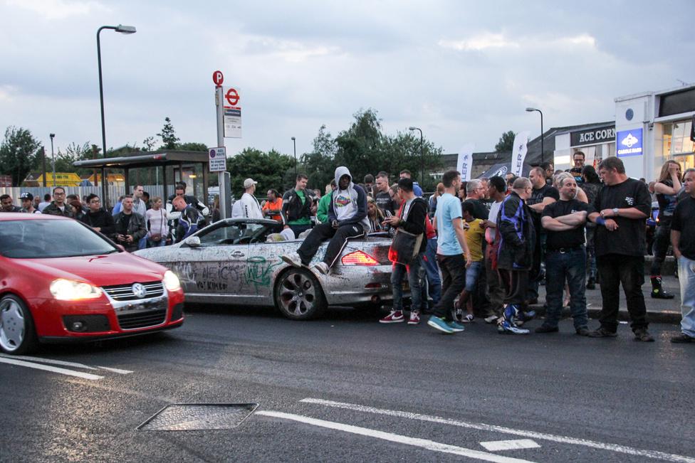 Ezen a hatos BMW-n több mint hatezer aláírást olvashatunk, gyakorlatilag minden kézzel elérhető alkatrészt elláttak kézjegyükkel a támogatók. A cél, hogy a #writeoffuk aktivistái aukción eladják a kocsit, és a befolyó öszegből az utcán kallódó gyerekeket segítsék és megakadályozzák, hogy a rendőrségi hírekben kössenek ki. Az Ace Cafe előtt is sokan aláírták a kocsit