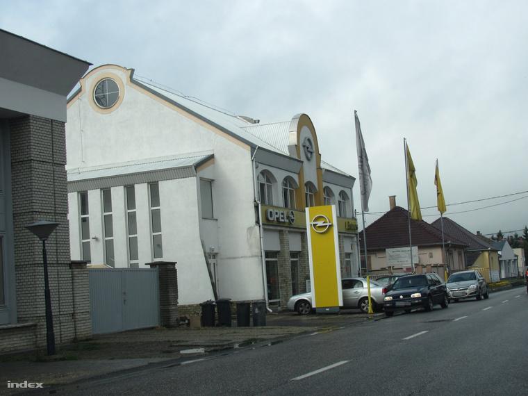 Kétszintes irodaház a Kölcsey utca 4.-ben, ahol Seszták Miklós ügyvédi irodája és Opel-szalonja is működik, balra mellette pedig az egykori kisvárdai Tigáz-székház áll, amely 2012 óta szintén a miniszter családi érdekeltségébe tartozik.
