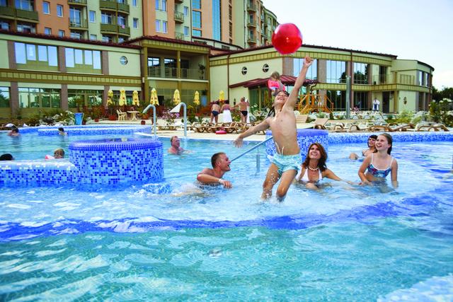 Családi pancsolás a Karos Spa hotelben