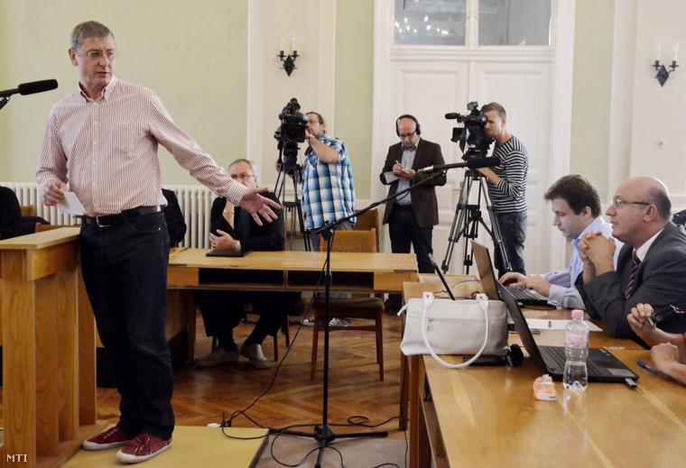 Gyurcsány Ferenc volt miniszterelnök tanúvallomást tesz a Szolnoki Törvényszéken a Sukoró-ügyként ismert büntetőper tárgyalásán, 2013. augusztus 22-én.Jobbra Tátrai Miklós elsőrendű vádlott a Magyar Nemzeti Vagyonkezelő Zrt. volt vezérigazgatója és a másodrendű vádlott Császy Zsolt az MNV volt értékesítési igazgatója.