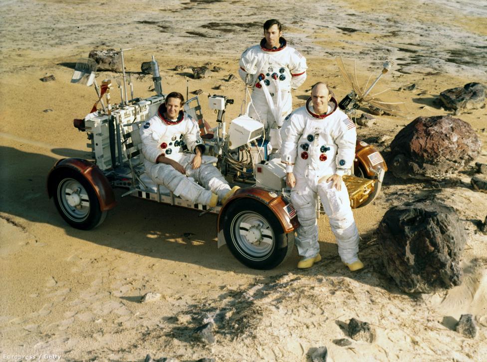 """Az első holdraszállást övező korabeli kételyekből mára talán a világ egyik legszélesebb körben ismert konteója vált. 1961 májusában, még Jurij Gagarin áprilisi űrutazásának sokkja alatt, Kennedy elnök azt találta mondani, hogy az évtized vége előtt embert küldenek a Holdra, és lám, 1969. július 20-án meg is esett a történelmi pillanat. Már ha megesett, ugyanis sokak szerint  az emberiségnek oly hatalmas ugrás valójában jóval kisebb lépés volt az ember, vagyis Neil Armstrong és társa, Buzz Aldrin számára.                         Más asztronauták gyanús halála, eltűnt eredeti videók, légmozgás nélkül is lobogó zászló, fura árnyékok és megannyi gyanús részlet tapadt össze örökre a dicsőséges küldetéssel, amelyeket már semmilyen hivatalos magyarázat nem fog tudni lemosni többé. A fenti képen az ötödik holdraszállást végrehajtó Apollo 16 legénysége látható gyakorlatozás közben – de nem hasonlít-e kísértetiesen a táj az első """"holdraszállás"""" helyszínére?"""