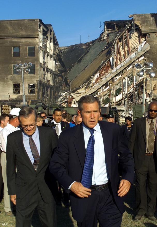 A kép az éppen felrobbantott épülettől elsétáló hős akciófilmes kliséjét idézi. Itt azonban nem Hollywood kódolt üzenete lepleződik le, hanem egy megtört államfő méri fel a váratlan támadás kárait: Bush elnök a 2001. szeptember 11-i terrorakció másnapján a Pentagont tekinti meg.                         Sokan azonban kétkedve fogadták a hivatalos verziót. A kötelező, arab-orosz-izraeli változatoknál is népszerűbb 9/11-konteó szerint az USA vezetése minimum előre tudott a tervről, de inkább ők maguk vezényelték le. Megint csak számos apróságba kapaszkodhatnak az elmélet hívői: miért nem a Fehér Ház vagy a Szenátus épülete volt a célpont, miért volt véletlenül épp a Szükséghelyzeti Központban a kormány két fontos embere, miért védtelen repülővel utazott vissza Washingtonba Bush, miért jött az egyik becsapódás bejelentése percekkel a megtörténte előtt – és mint minden valamire való konteónál, a sor még hosszan folytatható lenne, az unalmasan hivatalos magyarázatok pedig gond nélkül lesöpörhetők.