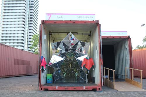 A Garden néven futó project lényegében egy hatalmas origami ihletésű kaleidoszkóp,amit 1100 darab háromszög formájú tükördarabból raktak ki a dizájnerek.