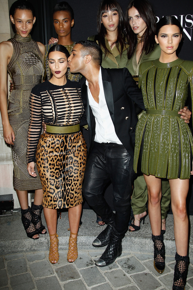A fiatal tervező Lagerfeldhez hasonlóan szereti celebnőkkel körülvenni magát.