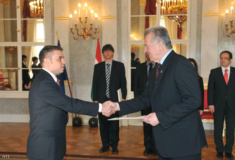 2010. november 26. Schmitt Pál köztársasági elnök (j) átadja a kinevezéséről szóló okiratot Konkoly Norbertnek (b) a Magyar Köztársaság lisszaboni nagykövetének.