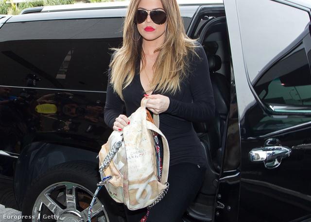 A Chanel 800 és 900 ezer forint közötti áron osztogatja ezt a hátizsákot.  Khloe Kardashiannak ae19a1cc5a