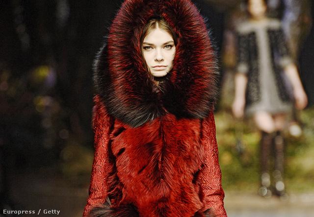 A Dolce & Gabbana 7 millió forintos bundával borzolja az állatvédők idegeit.